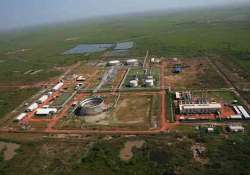 india shuts down south sudan oilfields evacuates entire