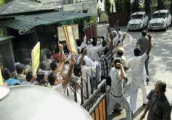 jat protesters barge into sushil shinde s residence 13