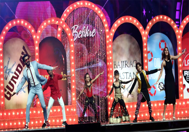 Ranveer and Vaani danced with the contestants on the title track of the flick 'Ude Dil Befikre'. Ranveer looked dapper with beard, whereas Vaani left everyone stunned with her eye popping looks.