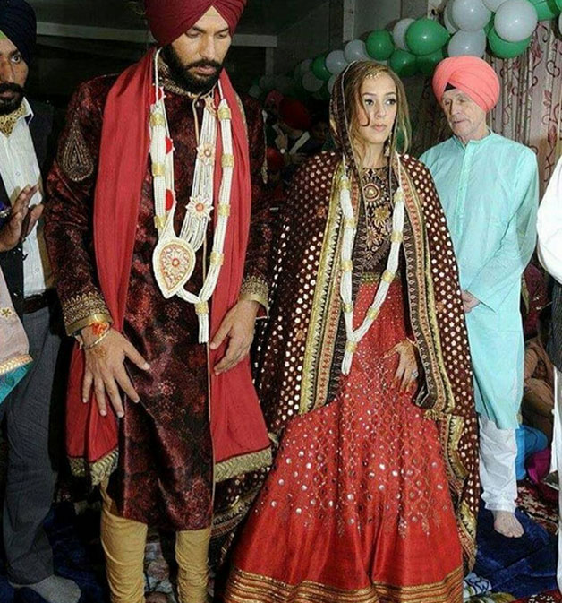 Yuvraj Singh and Hazel Keech posed after their wedding for the shutterbugs.