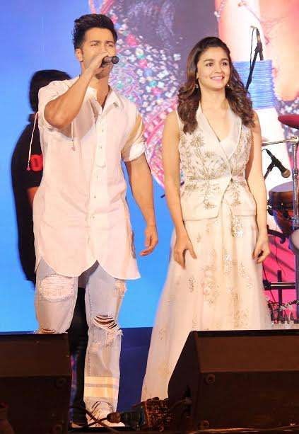 Alia and Varun were dressed in white and complimented each other very well. They looked very comfortable in each other's company. Both of them kept audience hooked by entertaining them.