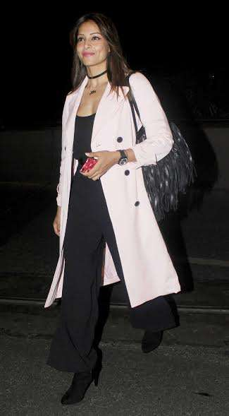 Bipasha Basu wore a black outfit and teamed it with a light pink long coat that looked absolutely gorgeous on her slender figure.