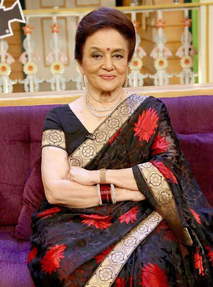 The evergreen beauty Asha Parekh wore a black and red saree and stunned everyone with her timeless grace.
