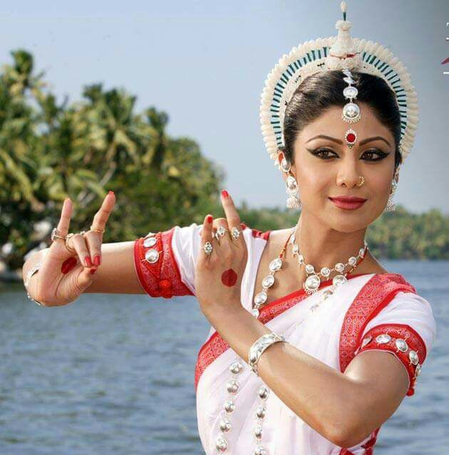 This super gorgeous lady is a sea of talent. She not only is a fine actress, but also a trained Bharatnatyam dancer.