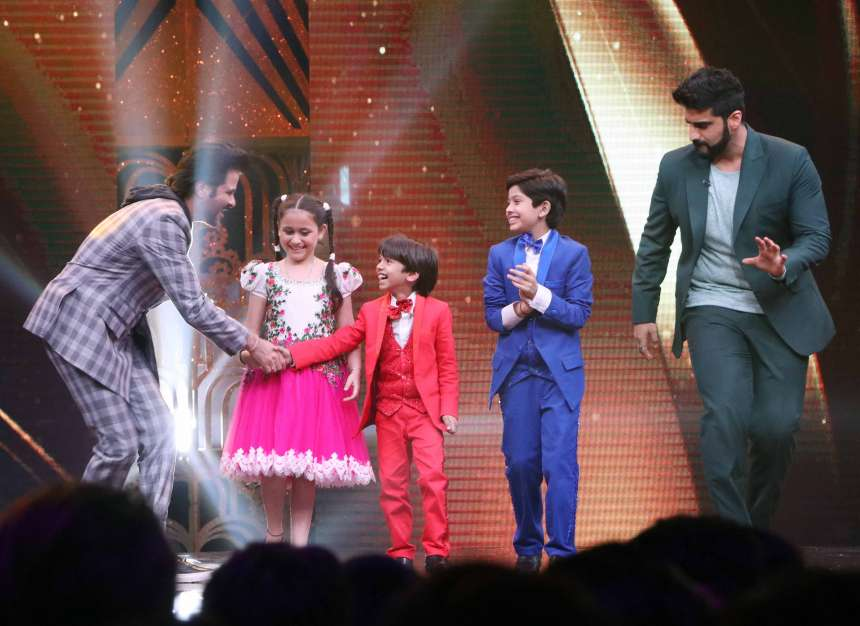 Anil Kapoor and Arjun Kapoor trying to make bond with contestants by dancing on the beats.