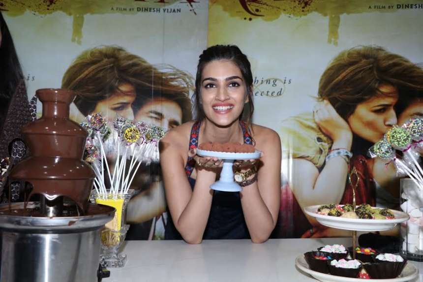 The tall and beautiful actress, Kriti looked stunning in her blue denim dress, which she paired with multi-coloured high heel footwear during the chocolate making session.