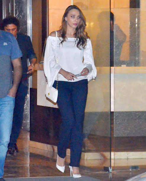 Iulia was looking gorgeous in white off-shoulder top and blue jeans. She teamed it up with white stilettos. She was seen engaging in deep discussion with her rumoured beau Salman.