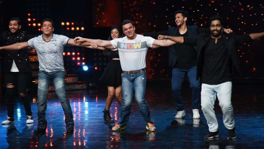 Salman and Sohail both chose to wear jeans with t-shirts and the duo looked absolutely adorable in their semi-casual attires.