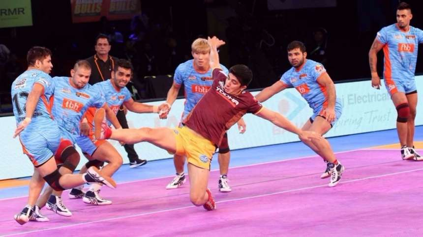 U.P Yoddha's raider tries to get a grip on the Bengal Warrior's defence.