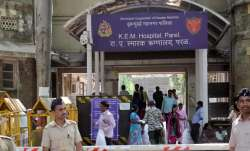 Protest outside Mumbai's KEM Hospital after employee working in COVID-19 dies