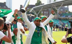 Sarfraz Ahmed lifts the winner's trophy as Pakistan win the