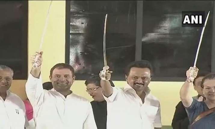 Sonia Gandhi unveils Karunanidhi's statue in Chennai