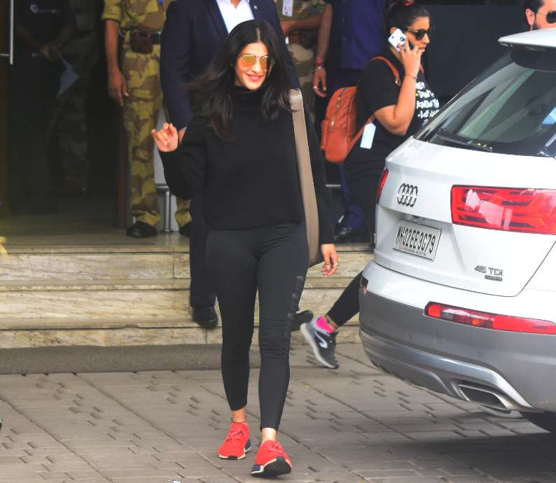 Shruti spotted with her boyfriend in a Pilates Costume - View all Pics!