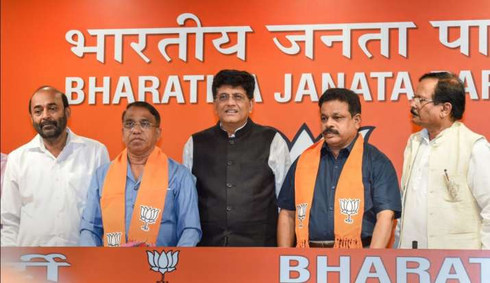 Railway Minister Piyush Goyal flanked by former Congress legislators from Goa, Subhash Shirodkar (L)