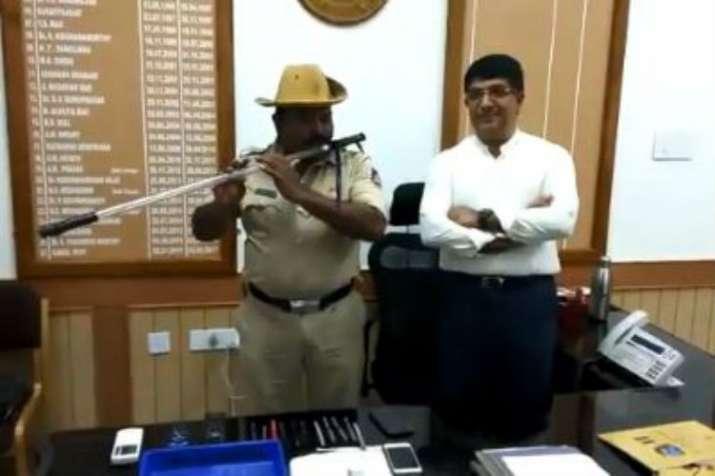 Karnataka cop turns 'lathi' into flute